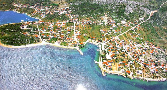 Luftbild von unserem Ort Raslilna in Kroatien